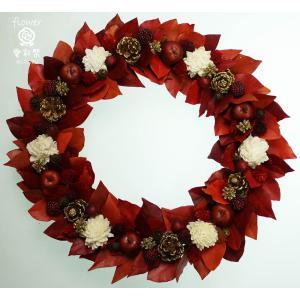 クリスマスリース、赤い葉と赤いリンゴ、白いお花...
