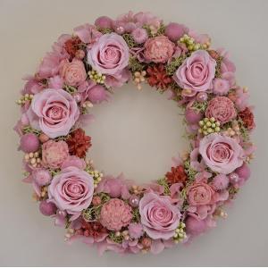 プリザーブドフラワーリース ピンクのバラ かわいらしいピンクのお花