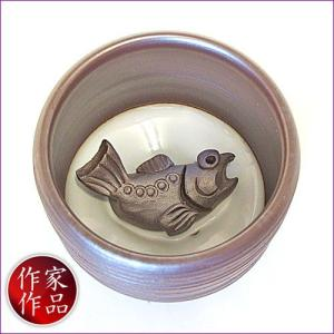 【鮪】三重県四日市市、万古焼の伝統工芸士、市川祥司作のぐいのみ湯のみです。湯のみの底にはかわいらしい...