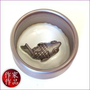 【鯉】三重県四日市市、万古焼の伝統工芸士、市川祥司作のぐいのみ湯のみです。湯のみの底にはかわいらしい...