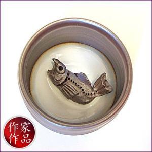 【鮭】三重県四日市市、万古焼の伝統工芸士、市川祥司作のぐいのみ湯のみです。湯のみの底にはかわいらしい...