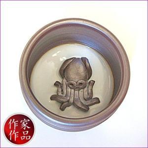 【蛸】三重県四日市市、万古焼の伝統工芸士、市川祥司作のぐいのみ湯のみです。湯のみの底にはかわいらしい...