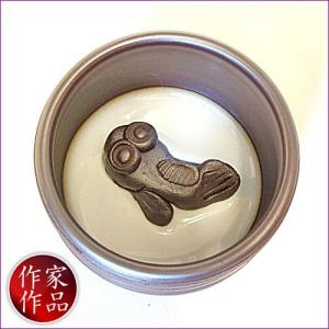 【鯊】三重県四日市市、万古焼の伝統工芸士、市川祥司作のぐいのみ湯のみです。湯のみの底にはかわいらしい...