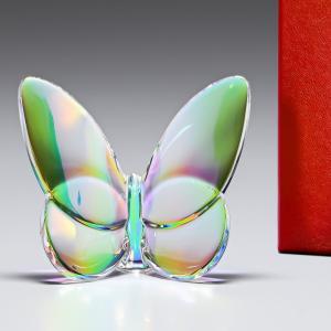 幸運の前触れといわれる蝶をモチーフとした「ラッキーバタフライ」 光の当たり加減で様々な色に輝く美しい...