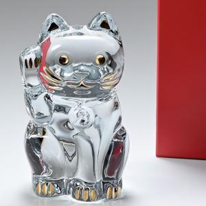 """日本ではおなじみの幸運を呼び込むまねき猫の特大クリスタルフィギュア バカラの頭文字""""B""""が入った鈴を..."""