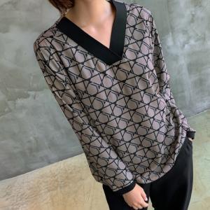ブラウス レディース 40代 50代 60代 ファッション おしゃれ 女性 上品  ベージュ Vネック 幾何学模様 柄 長袖 秋 ミセス|alice-style