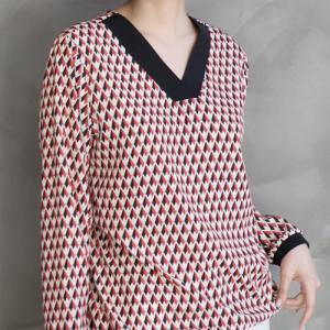 シルキーブラウス レディース 40代 50代 60代 ファッション おしゃれ 女性 上品  赤 パターン柄 Vネック ブラウス 長袖 冬 ミセス|alice-style