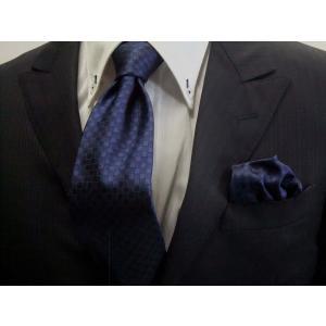 紺色(ネイビー)の市松模様ネクタイ&ポケットチーフセット(チーフ23cm) / CS-IT006|allety