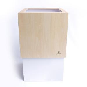 袋を掛けた本体に、木製カバーをかぶせて使用します。 袋の取り換えが簡単で、かつ綺麗にセットすることが...