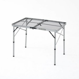 ◇アルミフレームの超軽量テーブル。天板がメッシュ仕様なので耐久性に優れ、熱い物も置けます。ハイポジシ...