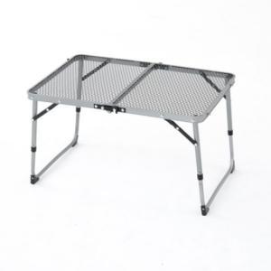 ◇アルミフレームの超軽量サイドテーブル。天板がメッシュ仕様なので熱い物も置けます。脚部が伸縮して高さ...