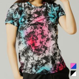 ◇大胆なオールオーバープリントが目を引くトレーニングTシャツ。■アルペンカラー(メーカーカラー):ピ...