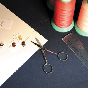 人気モデルのシルエットハサミ。名の通り影絵を切るのに使われていたモデルです。伝統的なスタイルの鉄バサ...