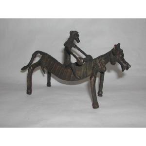 インド・デカン高原の部族の工芸品。そのユニークな造詣が魅力です。馬に乗る兵士は太鼓を手にしています。...