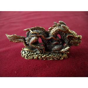 いかつい真鍮の龍