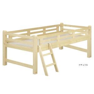 パイン材の温もりの木肌が優しいミドルタイプのロフトベッド。7センチ角柱を使用したがっしりと丈夫な構造...