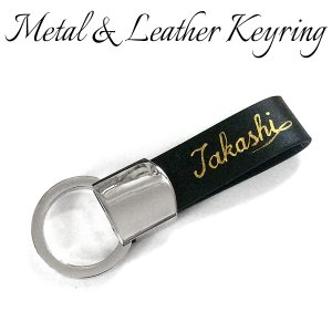 金文字でお好きな文字をキーホルダーの革部分に入れさせて頂きます。  シンプルながらシルバーメタルと黒...