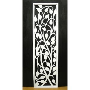 生命力豊かに生い茂る唐草の模様を、洗練された 現代風のシャープな雰囲気で透かし彫りにしたワングレード...