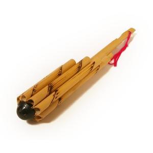 筒型でヴォットと呼ばれるタイの民族楽器。  先端の黒い部分を下唇のちょっと下に当て、 そこから笛を吹...