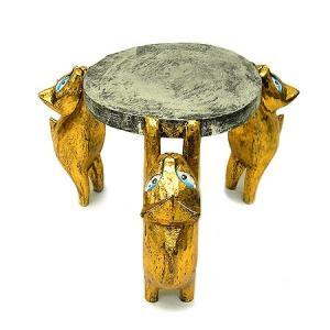 黄金に輝く3匹のネコを足にしたミニテーブル。   直径が19cmのMサイズになります。  ネコの顔も...
