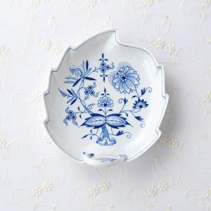 美しい白磁に、繊細なハンドペイントが印象的な「ブルーオニン」シリーズのリーフプレートです。  【マイ...