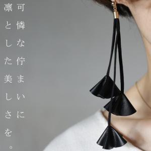 アクセ ピアス 革 合皮 花 フラワー レザー調ピアス・12月29日20時〜発売。(30)メール便可|antiqua