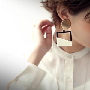 アクセ アクセサリー イヤリング レディース ゴールド 白 黒 異素材パーツイヤリング・再販。10ptメール便可|antiqua