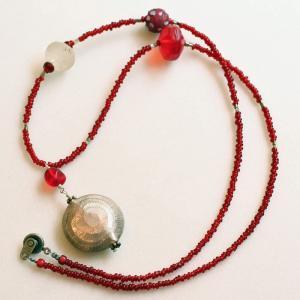 シルバーのトップにコクのあるアンティークな赤色が映えるネックレス|antiquebeads3store