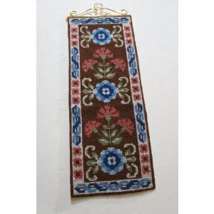 ヴィンテージタペストリー 縦に3連の青い花と赤い花 スウェーデン apetera