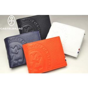 インパクトのあるKAMONマークが素押しでデザインされたお洒落な二つ折財布。 本体素材には柔らかな型...