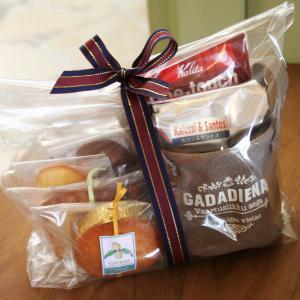 和歌山産フルーツを焼きこんだ4種類の焼き菓子に、大人気のチョコナッツクッキーを加えて、その場で本格的...
