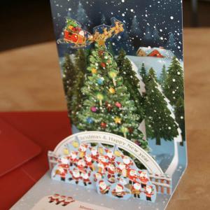 立体クリスマスカード(大きなツリーの前でサンタ楽団の行進)〜縦開き〜【メール便可】 arancia-mm