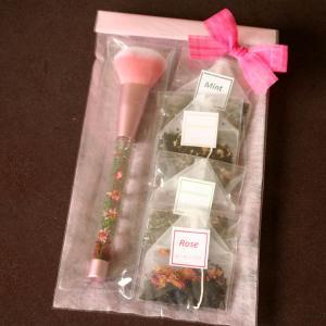 「ピンク・ハーバリウム・メイクブラシ&ハーブティ」水中花アレンジメントが彩るチークブラシとローズ・カモミール等4種のハーブ紅茶のギフトセット母の日に|arancia-mm