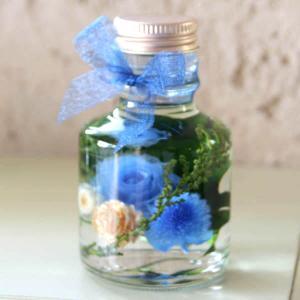 「ハーバリウム・バラの小瓶」(ブルー)プリザーブドフラワーのローズがメインの小さいけどかわいくゴージャスなアレンジメント 母の日に|arancia-mm