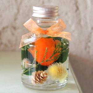 「ハーバリウム・バラの小瓶」(オレンジ)プリザーブドフラワーのローズがメインの小さいけどかわいくゴージャスなアレンジメント 母の日に|arancia-mm
