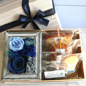 プリザーブドフラワーのミニフレーム&焼き菓子inギフトボックス(ブルー) 額入りローズ&カーネーションとお菓子詰め合わせ【花とスイーツギフト】母の日に|arancia-mm