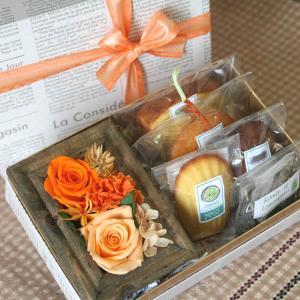 プリザーブドフラワーのミニフレーム&焼き菓子inギフトボックス(オレンジ)額入りローズ&カーネーションとお菓子詰め合わせ【花とスイーツギフト】母の日に|arancia-mm
