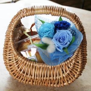 『ピクニック』プリザーブドフラワーのミニブーケ&焼き菓子in手提げバスケット(ブルー)【花とスイーツギフト】母の日に|arancia-mm
