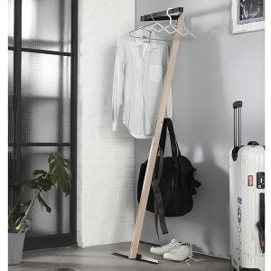 DELTAは立てかけ式のコートハンガー。トップ部分にコートや、お気に入りの洋服を、裏面のフックにはバ...