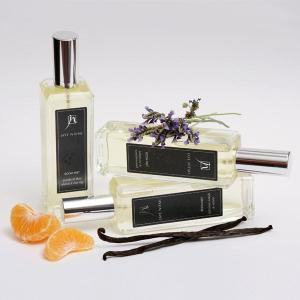 瞬時にお部屋の空気をお好みの香りにデザイン。スプレータイプのルームフレグランス(アロマスプレー)です...