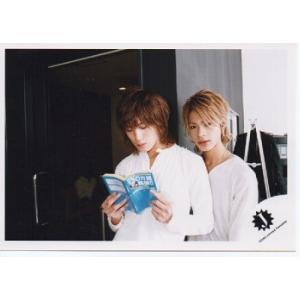 上田竜也&赤西仁(KAT-TUN) 公式生写真/衣装白・上田カメラ目線・Jロゴ arraysbook