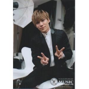 千賀健永(Kis-My-Ft2/キスマイ) 公式生写真/MUSIC COLOSSEUM・衣装黒×白・両手ピース・カメラ目線|arraysbook