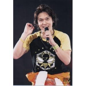 丸山隆平(関ジャニ∞) 公式生写真/LIVE TOUR 2008・衣装黒×黄色・マイク持ち・背景黒|arraysbook