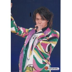 丸山隆平(関ジャニ∞) 公式生写真/Tour 2007  TOKYO 0804-0805・衣装紫×黄色×緑×白×黄色・背景青|arraysbook