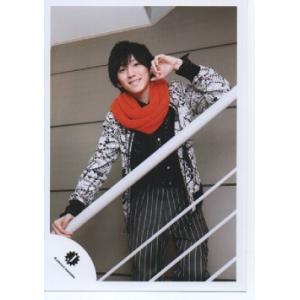 京本大我(SixTONES)公式生写真/Jロゴ・衣装白×黒×オレンジ・カメラ目線・手すり持ち|arraysbook