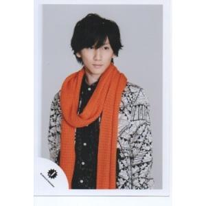京本大我(SixTONES)公式生写真/Jロゴ・衣装白×黒×オレンジ・背景グレー・目線若干右|arraysbook