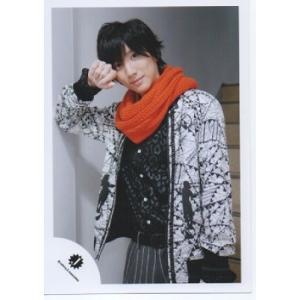 京本大我(SixTONES)公式生写真/Jロゴ・衣装白×黒×オレンジ・カメラ目線・口閉じ・右手肘壁につけ|arraysbook