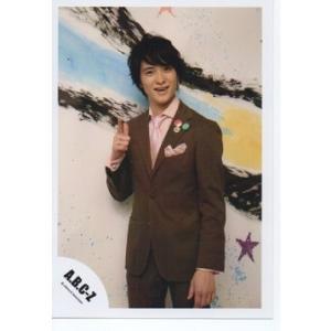 戸塚祥太(A.B.C-Z)公式生写真/衣装茶色×ピンク・カメラ目線・親指人差し指立て|arraysbook