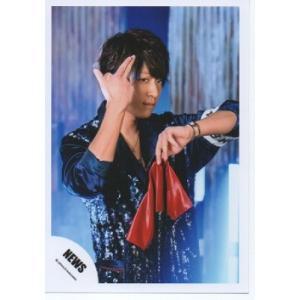 小山慶一郎(NEWS) 公式生写真/EMMA・衣装青・もの持ち・親指人差し指中指立て|arraysbook