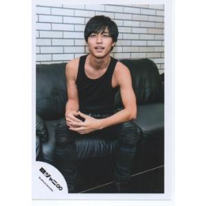 錦戸亮(関ジャニ∞) 公式生写真/NOROSHI・衣装黒タンクトップ・カメラ目線・座り|arraysbook